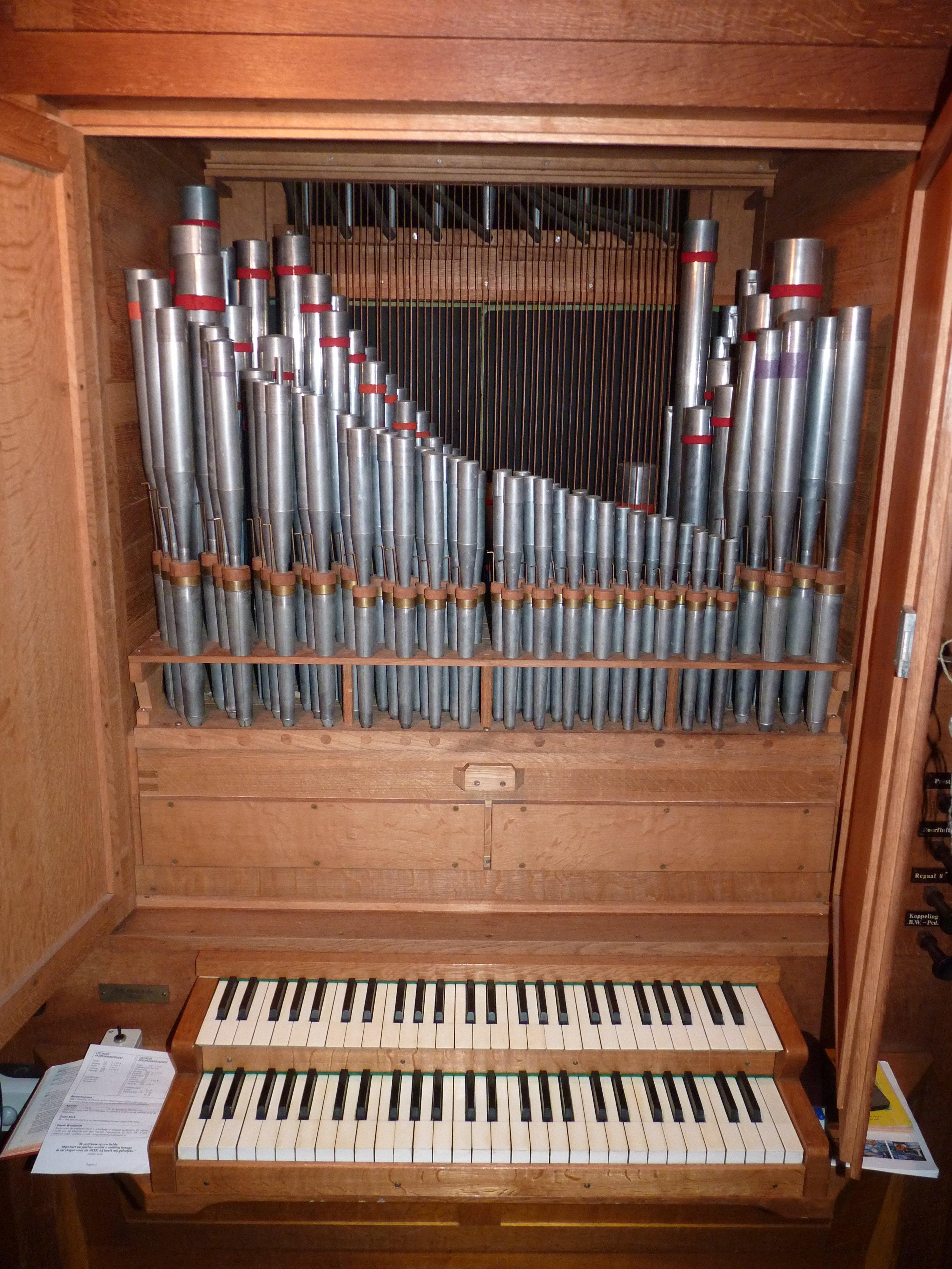 Speeltafel tussen 1966 en 2012 met blik op orgelpijpen tweede manuaal